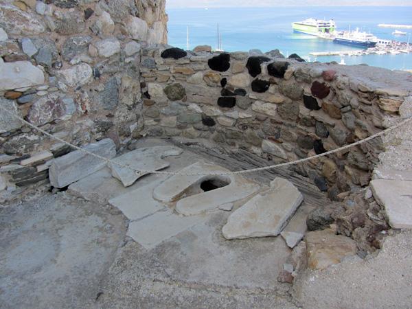 Le kastro de Ch&oacute;ra domine le labyrinthe des ruelles de la vieille ville. Construit au XIIIe si&egrave;cle par le premier duc de Naxos, c'est un endroit fascinant, un peu hors du temps, qui offre des vues spectaculaires.<br /><br />On peut y visiter deux mus&eacute;es, le Mus&eacute;e arch&eacute;ologique de Naxos avec sa collection pr&eacute;historique des civilisations cycladique et myc&eacute;nienne, et le Mus&eacute;e d'histoire v&eacute;nitienne de la famille della Rocca-Barozzi dans l'ancienne demeure du gouverneur.