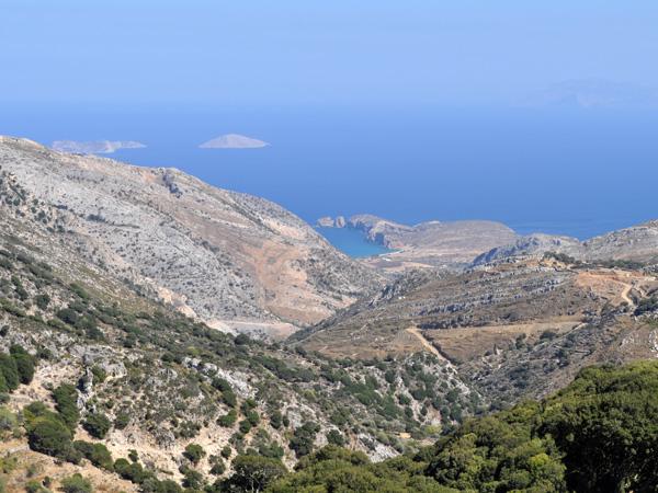 Naxos, août 2013. Vue plongeante sur le cap Stavros, à côté de Moutsouna.
