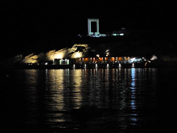 Située sur l'îlot de Palatia, à l'entrée du port de Naxos, et reliée à l'île par une jetée, la Portara est un temple d'Apollon inachevé qui remonte au VIe siècle avant J.-C.<br /><br />Sentinelle du port, c'est le monument le plus caractéristique de Chora et un des lieux les plus romantiques de l'île... sauf au coucher du soleil bien sûr, qui attire une grande foule de touristes avides de photos!