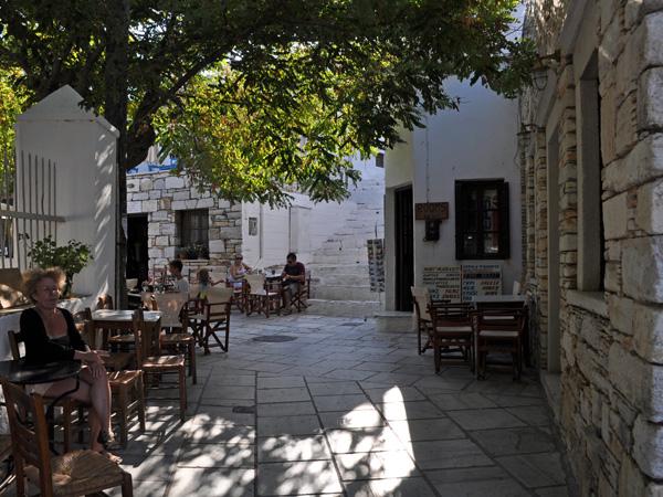 Apiranthos, c'est un des pittoresques villages des montagnes de Naxos. Il est situé au-dessus de Halki et Filoti, au pied du mont Pastellas, entre les massifs du Zas et du Koronos (qui soit dit en passant est, à 2 m près, aussi haut que le Zas). Un très joli village qui mérite largement la visite avant de continuer la route.<br /><br />Apiranthos est un passage obligé pour toute visite approfondie de Naxos: vers le sud, la route descend en lacets vers Filoti et Halki avant de mener vers l'ouest et Chora; au nord, la route traverse les montagnes, donnant accès aux villages de Koronos et Koronidha avant de descendre sur le port d'Apollonas puis de remonter vers Chora en suivant la côte nord; à l'est, la route déroule ses lacets vers Moutsouna et la côte est de Naxos.