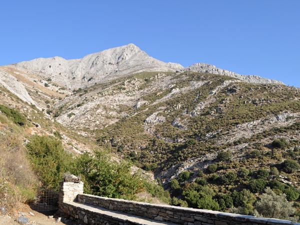 Naxos, août 2013. Au pied du mont Zas, point culminant des Cyclades (1001 m).