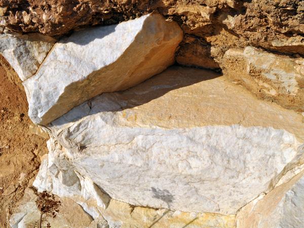 Même si c'est sa voisine Paros qui s'enorgueillit du marbre le plus blanc et le plus transparent du monde, c'est sur Naxos que l'on peut voir les carrières de marbre les plus impressionnantes.<br /><br />Le marbre est d'ailleurs presque omniprésent sur Naxos, jusque dans les murs de soutènement des routes. A voir la taille des carrières, on se doute même que certaines montagnes ou collines sont presque constituées de marbre pur...
