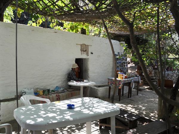 Naxos, août 2013. Site archéologique de Melanes/Flerio, près de Kourounohori, sur la route Chora-Kinidharos. Kouros inachevés, ancien sanctuaire, source, jardins sauvages, carrières, ancien aqueduc...