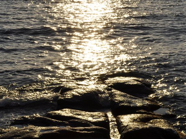 La mer Egée à Naxos, toujours changeante, parfois claire comme du cristal, parfois tempétueuse lorsque souffle sur les Cyclades le vent du nord, le célèbre meltemi...<p>Les Cyclades comprennent environ 250 îles, îlots et îlots-rochers, mais seules 33 îles sont habitées. On les appelle Cyclades car elles forment un cercle autour de Délos, l'île sacrée de l'Antiquité, située juste à côté de Mykonos.