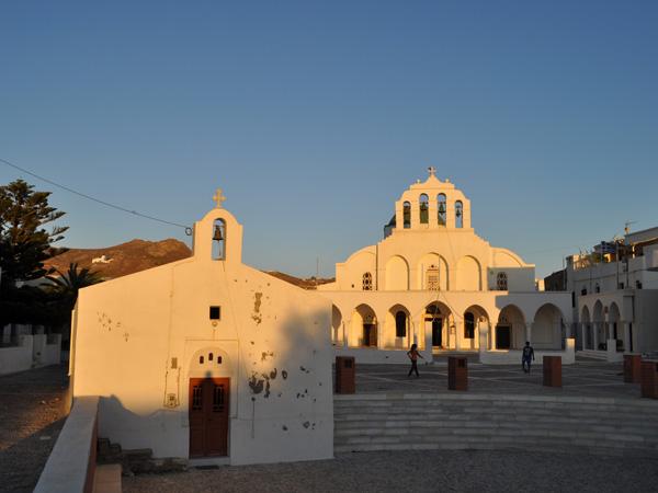 Ch&oacute;ra, avec 6500 habitants, est la plus importante ville et le port principal de Naxos, la plus grande et la plus haute &icirc;le de l'archipel des Cyclades.<p>Ce fut une cit&eacute; puissante durant l'&eacute;poque archa&iuml;que et prosp&egrave;re durant l'Empire byzantin, capitale du Duch&eacute; de Naxos, dernier Etat latin &agrave; r&eacute;sister &agrave; l'avanc&eacute;e ottomane.<p>Sa vieille ville vaut le d&eacute;tour et on se perd volontiers dans ses ruelles. Tr&egrave;s anim&eacute;s, le port et les quais sont un spectacle incessant dont on ne se lasse pas...