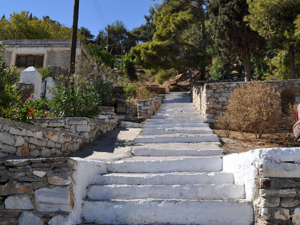 Construit en amphith&eacute;&acirc;tre sur les flancs d'Aghii Pantes, plus haut sommet de Paros avec ses 771m d'altitude, le pittoresque village de Lefkes, au centre de l'&icirc;le, est une des &eacute;tapes oblig&eacute;es de toute visite de Paros.<p>Ne manquez pas son &eacute;glise byzantine, Aghia Triada (Sainte Trinit&eacute;), une des plus belles de l'&icirc;le, avec son incroyable cimeti&egrave;re qui descend en pente douce vers la vall&eacute;e...<p>Et si une belle randonn&eacute;e vous tente, prenez la route byzantine et descendez jusqu'&agrave; Prodromos, c'est une superbe balade dans de magnifiques paysages!