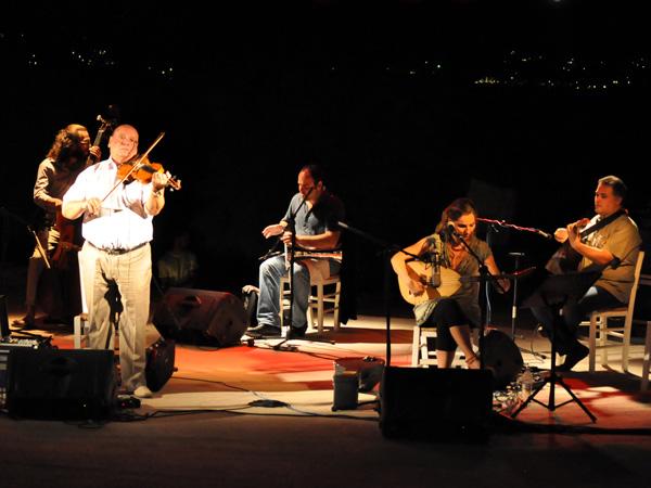 Paros, septembre 2013. Concert de musique traditionnelle dans le petit amphithéâtre de Monastiri Beach (péninsule de Dhetis), face à Naoussa.