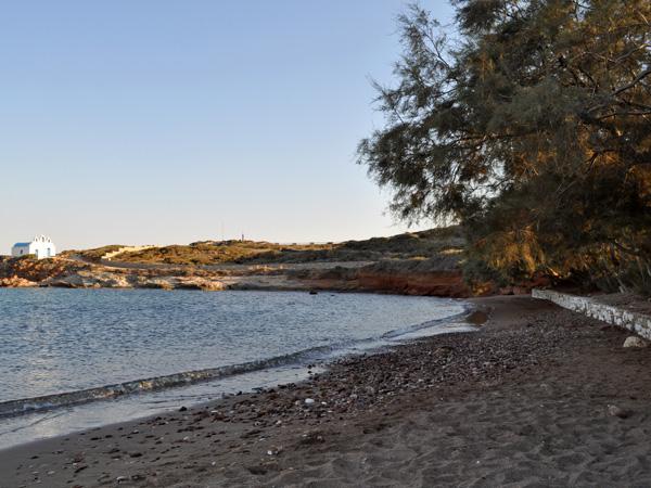 De belles plages, il y en a partout à Paros et à Antiparos, et pour tous les goûts: de sable et de galets, fond sableux ou pas, ombragées ou pas, isolées ou très fréquentées, secrètes ou faciles d'accès...<p>Toutes nos photos ont été prises en avril et septembre, elles ne sont donc pas très représentatives de la fréquentation des plages en plein été!<p>Les divers guides touristiques donnent de bonnes indications pour trouver les plus belles, mais le mieux, c'est d'acheter une bonne carte de randonnée et de partir à la découverte!<p>Pour ça, la carte éditée par Skai Maps (en vente un peu partout sur l'île) est un must: des pictogrammes vous indiquent la nature de la plage et des fonds, et même s'il y a de l'ombre ou pas...