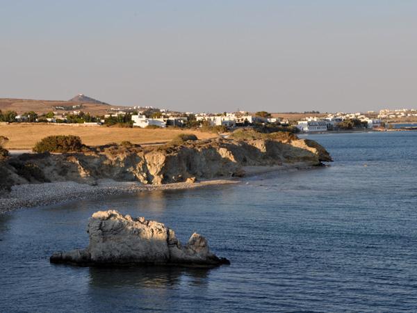 Troisi&egrave;me plus grande &icirc;le des Cyclades, Paros offre une incroyable vari&eacute;t&eacute; de paysages dont on ne se lasse jamais. Chacun y trouvera son bonheur!<p>Carri&egrave;res de marbre blanc (qui a servi &agrave; sculpter la V&eacute;nus de Milo), vall&eacute;e des papillons (une merveilleuse oasis de fra&icirc;cheur), plages de sable fin ou de galets, montagnes sauvages offrant des vues spectaculaires sur les &icirc;les voisines par temps clair...