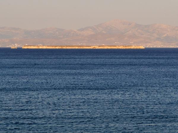 Avec Naxos à l'arrière-plan, l'étrange îlot plat de Makronisi, près de Dhryos (sud-est de Paros), septembre 2013.