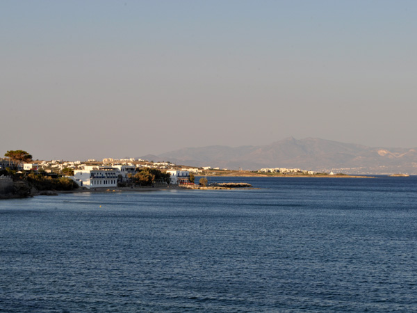 Tserdhakia, sud-est de Paros, septembre 2013. On aperçoit Naxos à l'arrière-plan.