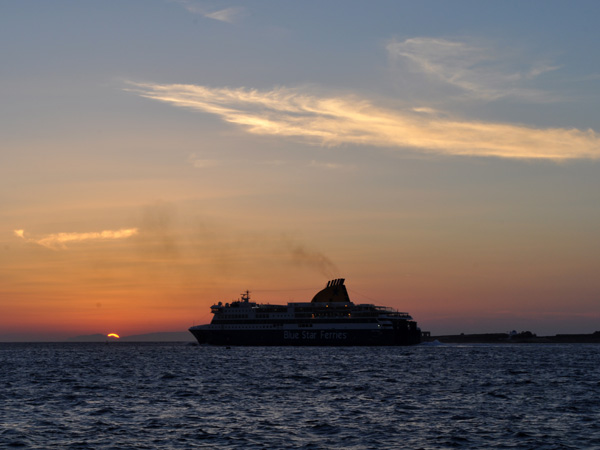 Troisième plus grande île des Cyclades, Paros est au coeur de la mer Egée. A l'est et à l'ouest, les îles de Naxos et d'Antiparos sont toutes proches et, depuis les hauteurs, ce sont presque toutes les Cyclades que l'on aperçoit.<p>Plages de sable fin ou de galets, montagnes sauvages offrant des vues spectaculaires sur les îles voisines par temps clair, côtes sauvages et déchiquetées ou vagues léchant doucement les tamaris, c'est tout un spectacle en soi...