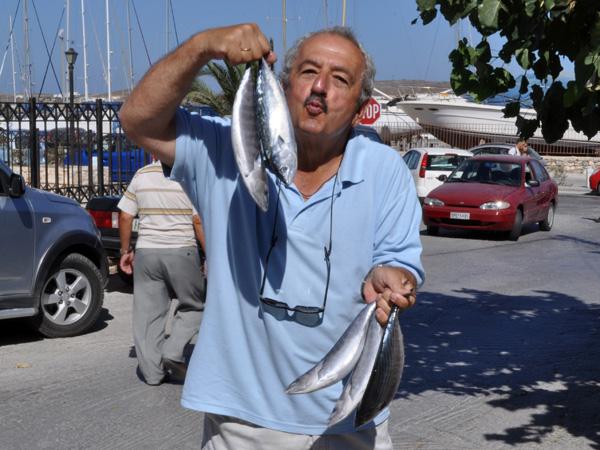 Bien situé, convivial et avantageux, l'Hôtel Eleftheria est devenu le QG de fusions.ch à Paros lorsque nous «abandonnons» provisoirement l'élaboration de notre guide visuel de la Suisse pour nous consacrer à celui des Cyclades.<br /><br />Il faut dire que cet hôtel a un atout de choc avec son propriétaire Pantelis (alias Peter) et sa famille, qui créent une atmosphère vraiment unique, faite de bonne humeur, de conseils avisés, d'apéros partagés et de barbecues improvisés.<br /><br />Une ambiance si conviviale que, d'année en année, on y retrouve des habitués qui, pour certains d'entre eux, sont fidèles à l'hôtel depuis plus de vingt ans!