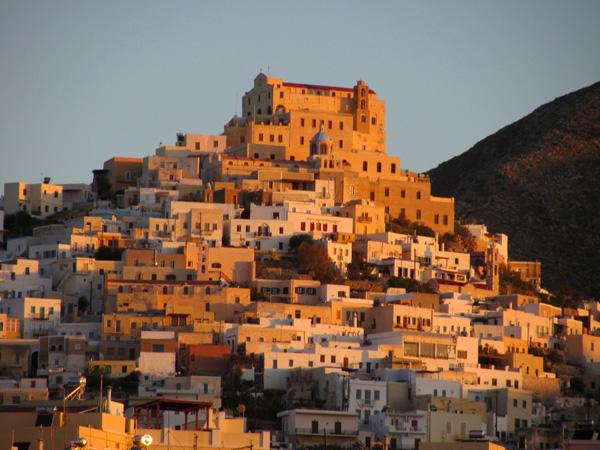 La colline d'Ano Syros, &agrave; Ermoupoli (Syros), capitale administrative des Cyclades, 2012.<p>Couronn&eacute;e par l'&eacute;glise catholique (h&eacute; oui!) Agios Georgios (Saint-Georges), c'est un d&eacute;dale de ruelles o&ugrave; l'on se perd volontiers, avec des points de vue exceptionnels.<p>Les pentes sont plut&ocirc;t raides, mais un taxi vous m&egrave;ne au sommet en quelques minutes et la descente est un vrai bonheur!