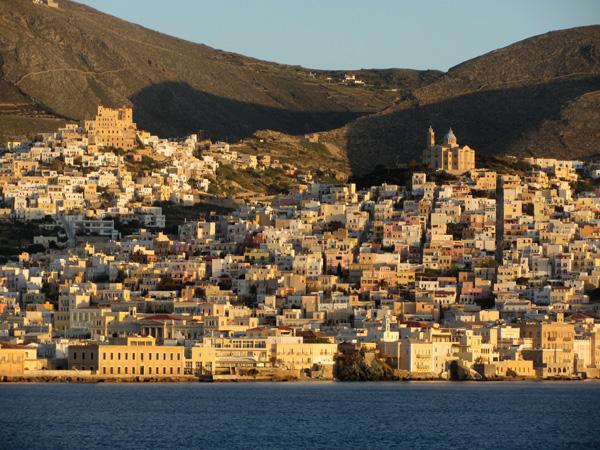 Ermoupoli, sur l'île de Syros, plaque tournante et capitale administrative des Cyclades, 2012.<p>C'est avec quelque 10000 habitants la plus grande ville des Cyclades, mais elle reste à taille humaine.<p>Hautement recommandée pour qui souhaite, au coeur de la douceur des îles, retrouver pour quelques jours une ambiance urbaine!