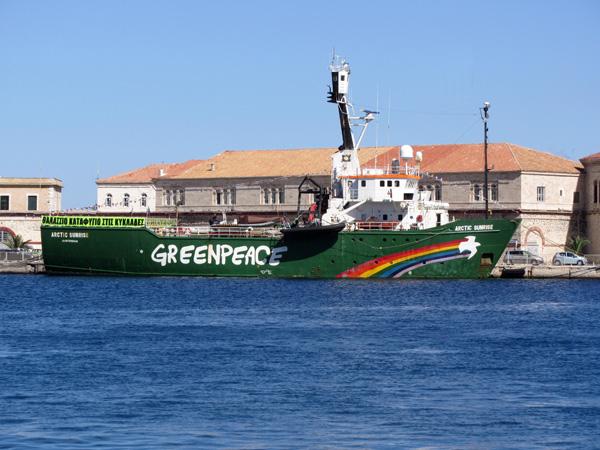 Syros, avril 2013. Le célèbre Arctic Sunrise de Greenpeace mouille dans le port d'Ermoupoli dans le cadre d'une campagne d'information sur la création d'une zone maritime protégée contre la surpêche.